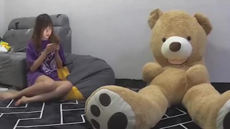 同居男友准备了一个玩具熊生日礼物,自己却躲在里面吓妹子,太欠打了