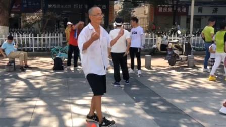 75岁老大爷跳鬼步舞,这灵活轻巧的舞姿,厉害了我的大爷