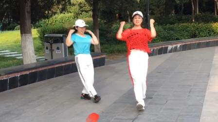 70后姐妹齐跳经典老歌鬼步舞《拉萨夜雨》,好看好学要一起跳吗