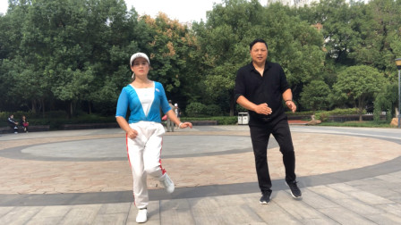夫妻2人齐跳鬼步舞,跳得真有默契,你们觉得谁跳得好