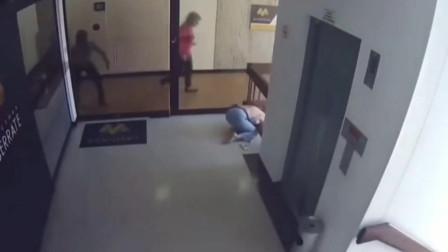 美国疫情期间,妈妈没有照看好孩子,意外在楼梯跌落!