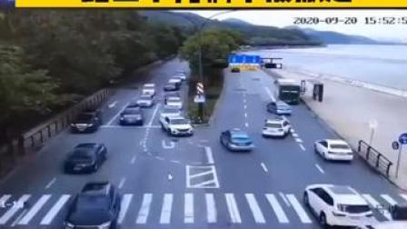 钱塘江潮水漫过江堤,路上十几辆车被掀走。