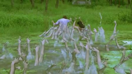 二姐开车看到自己女儿,立马下去追她,追到沼泽地被鬼拖走