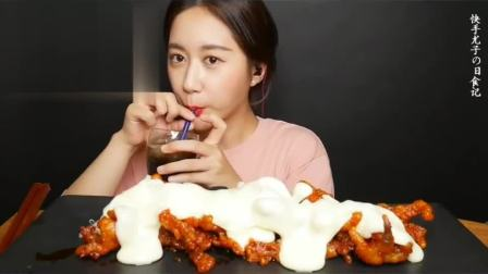 吃播小姐姐:小姐姐吃芝士无骨鸡爪,拉丝的香甜芝士搭配鸡爪味道真是不一般
