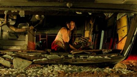 末世女子外出搜寻物资,发生车祸却不敢出来,只因黑暗中有怪物