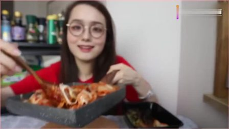 吃播小姐姐哎哟阿尤,一人独食芝士石锅拌饭,这吃相太馋人了。