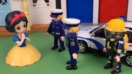 白雪请警察叔叔帮忙,原来是贝儿和母后经常欺负白雪,还好有警察叔叔