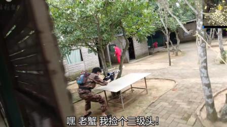 真人版吃鸡:和敌人刚枪,队友却跑出去捡三级头,结果被乱枪击倒