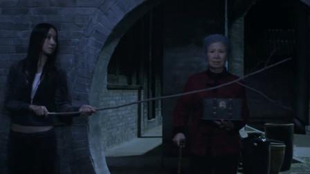 美女怀疑老奶奶是装瞎,半夜跟踪她进入地下室,差点被发现