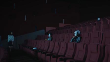 众人相约半夜看鬼片,看到一半,美女转头发现身边竟多了个人