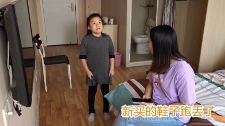 小女孩上体育课把鞋子跑丢了,回家后被妈妈打屁股惩罚