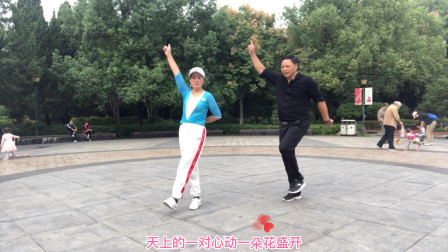 老婆带胖老公跳鬼步舞基础步《交叉步》,就2步,1分钟就学会了