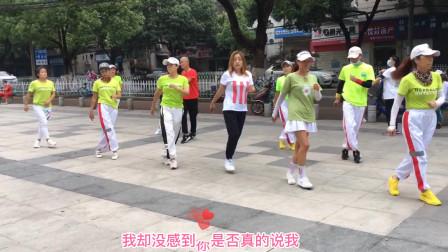 广场散步舞像走路,比走路减肥效好,轻松开心又快乐