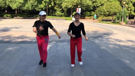 58岁同龄的两个大妈,每天都一起跳鬼步舞,动作简单减肥效果好