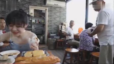吃播小姐姐早餐遭大爷调侃,说自己能吃下10个肉火烧和四碗豆脑,厉害了!