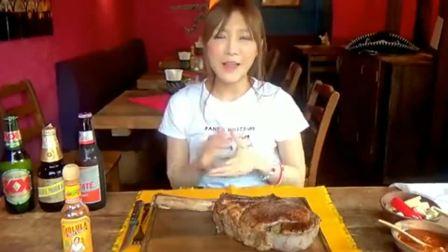 吃播小姐姐在牛排餐厅,挑战5公斤战斧牛排!隔着屏幕都流口水(2)