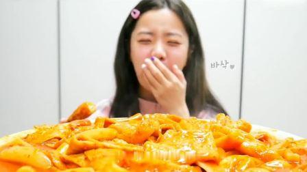 吃播小姐姐:小姐姐吃年糕 鱼饼,满满的一大盘真是太幸福了