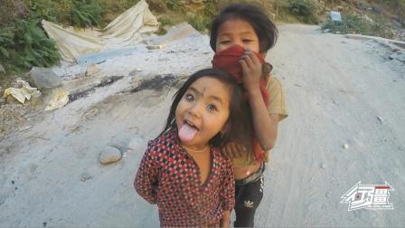 尼泊尔山路上突然冒出两个小女孩,一直摆鬼脸要拍照,又萌又可爱