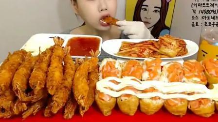 吃播小姐姐吃炸大虾,蘸上奶酪和番茄酱,咬的嘎嘎脆