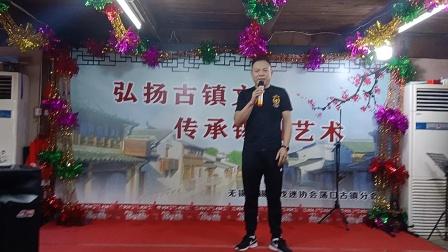 锡剧小生高忠伟演唱军民鱼水情,由倪菊珍合唱。