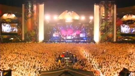 枪花乐队与皇后乐队传奇合作演唱《We Will Rock You》,汗水与泪水齐飞的经典现场~