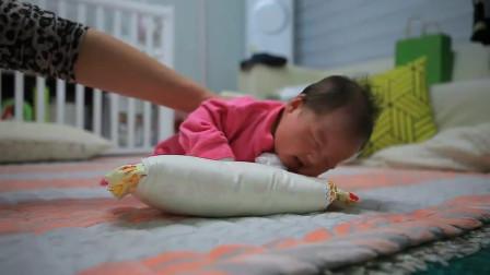 刚满月的小宝宝第一次练抬头,接下来的样子把奶奶逗笑了