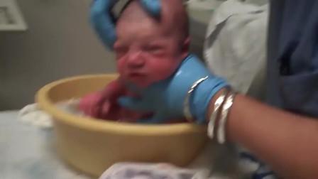 国外护士给刚出生婴儿洗澡就这么随意,网友:其实国内也一样