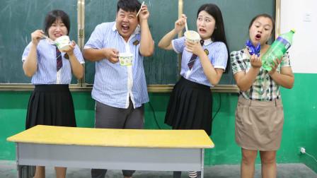 学霸王小九校园剧:学生挑战雪碧泡奥利奥,全班都吃不下,没想老师却很喜欢吃