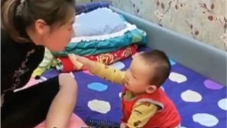 """""""无臂妈妈""""用脚喂儿子吃香蕉,下一刻儿子的举动,让人泪目"""