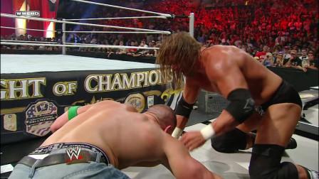 WWE冠军三重威胁赛,兰迪一上来就被塞纳和王大锤针对了!