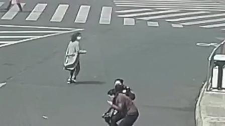 小偷逃跑时,被冲过来的女交警KO在地,还不停地往交警手上吐口水!