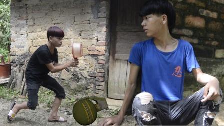 吃鸡真人版:小伙捡到手雷扔给敌人,结果忘记拉拉环太有趣了