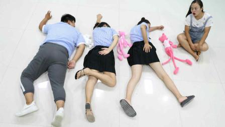 学霸王小九校园剧:同学玩扔布娃娃摆姿势游戏,没想娃娃姿势一个比一个奇葩!太逗了