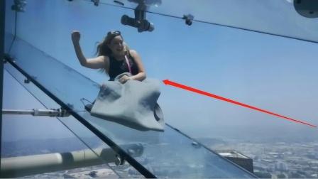 """比玻璃栈道还""""变态""""?悬挂在300米的天空滑梯,上去腿抖!"""