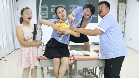 学霸王小九校园剧:挑战吃薯片赢绝地求生装备M24,没想男同学把头插盆里吃,太逗了