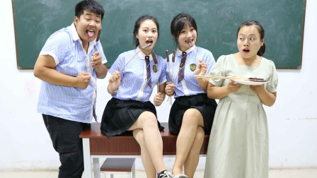 """学霸王小九校园剧:老师让学生挑战吃""""巧克力"""",没想一盘都不够吃的,太有趣了"""