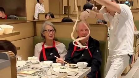 外国人吃完饭后,在回家的路上想了一路,中国厨师这到底是怎么操作的!