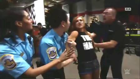 WWE:大战预热!女子三巨头统统被捕,隆达罗西在警车内还暴踹贝基