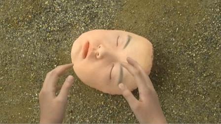 女孩体育课时脸被足球砸掉,然而她还不知道,自己竟不是人类!