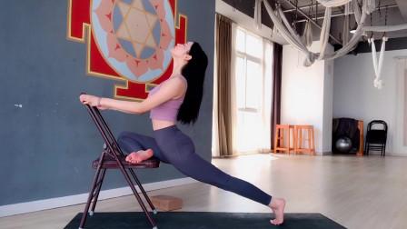 瑜伽体式训练,借助椅子天鹅式伸展,提升臀部核心力量