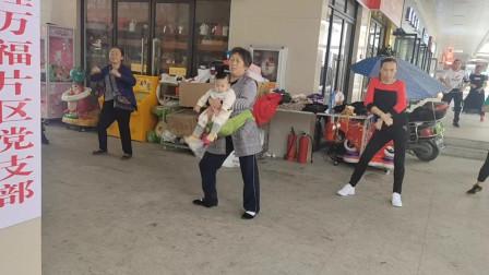 60岁奶奶抱孙子跳广场舞,不比年轻人差,越跳越精神