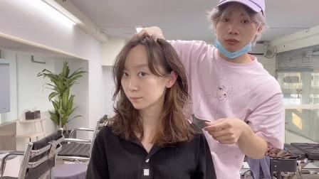 女生发量偏少,发型师建议头发烫蓬松,改造后发量肉眼可见的增多!
