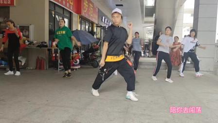 小伙跳广场鬼步舞《陪你到底》,舞步飘逸,不比姐姐们跳得差