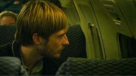 飞机外突现黄色光点,乘客往窗外望去,等光点靠近后众人脸色巨变