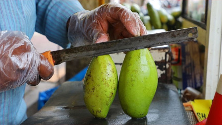 印度街头水果店,青芒果现切现卖!皮都不削的吗?