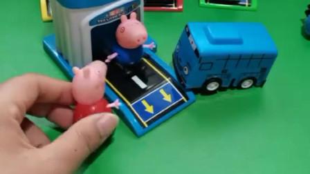 乔治住了小蓝的房子,小蓝没房子住,小猪佩奇来找乔治