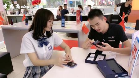 李憨憨Vlog:女孩大街上闹着买手机,不买还耍赖?