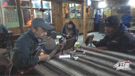 这个尼泊尔客栈老板真会整活,跟我们弹吉他对酒当歌,全都玩嗨了