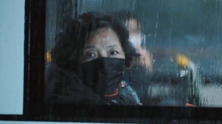 抵达方舱时下暴雨,院长组织人员为病人们搭个棚子