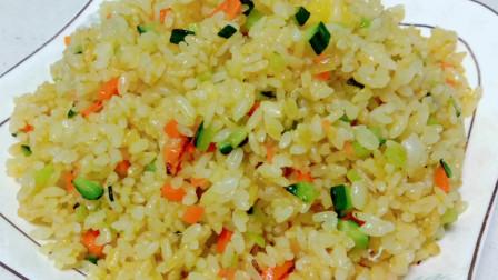 黄金炒饭的家常做法,颜色金黄,口感咸香,5分钟吃完一大盘